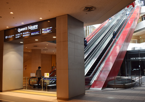 みなとみらい駅から1階へ向かうエスカレーター