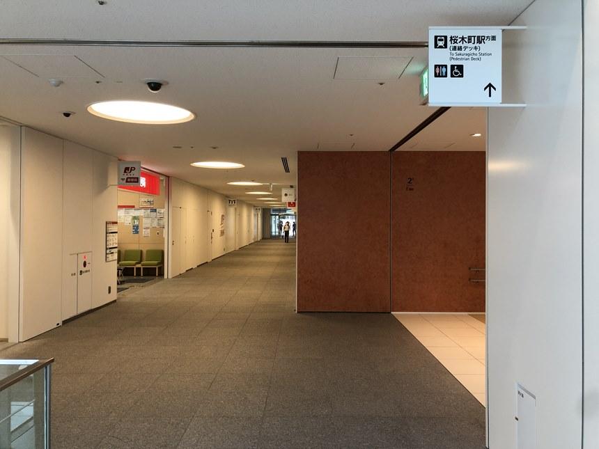 横浜市役所の通路写真