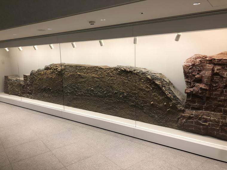 馬車道駅に展示されている、関東大震災によって隆起した地層