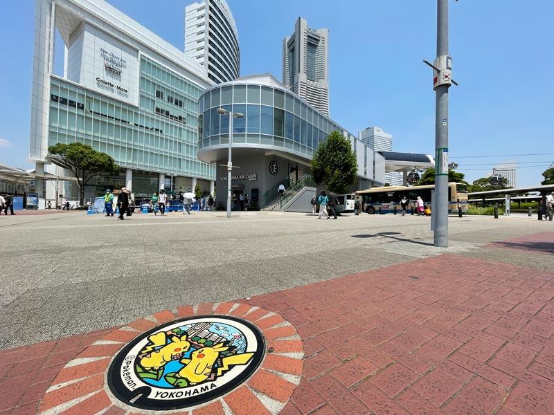 桜木町駅前にあるポケモンマンホールの写真
